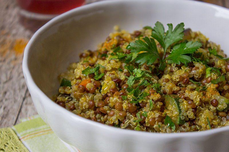 la quinoa è un alimento altamente digeribile, molto proteico e con poche calorie